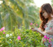 ピンクの花が好きな女性