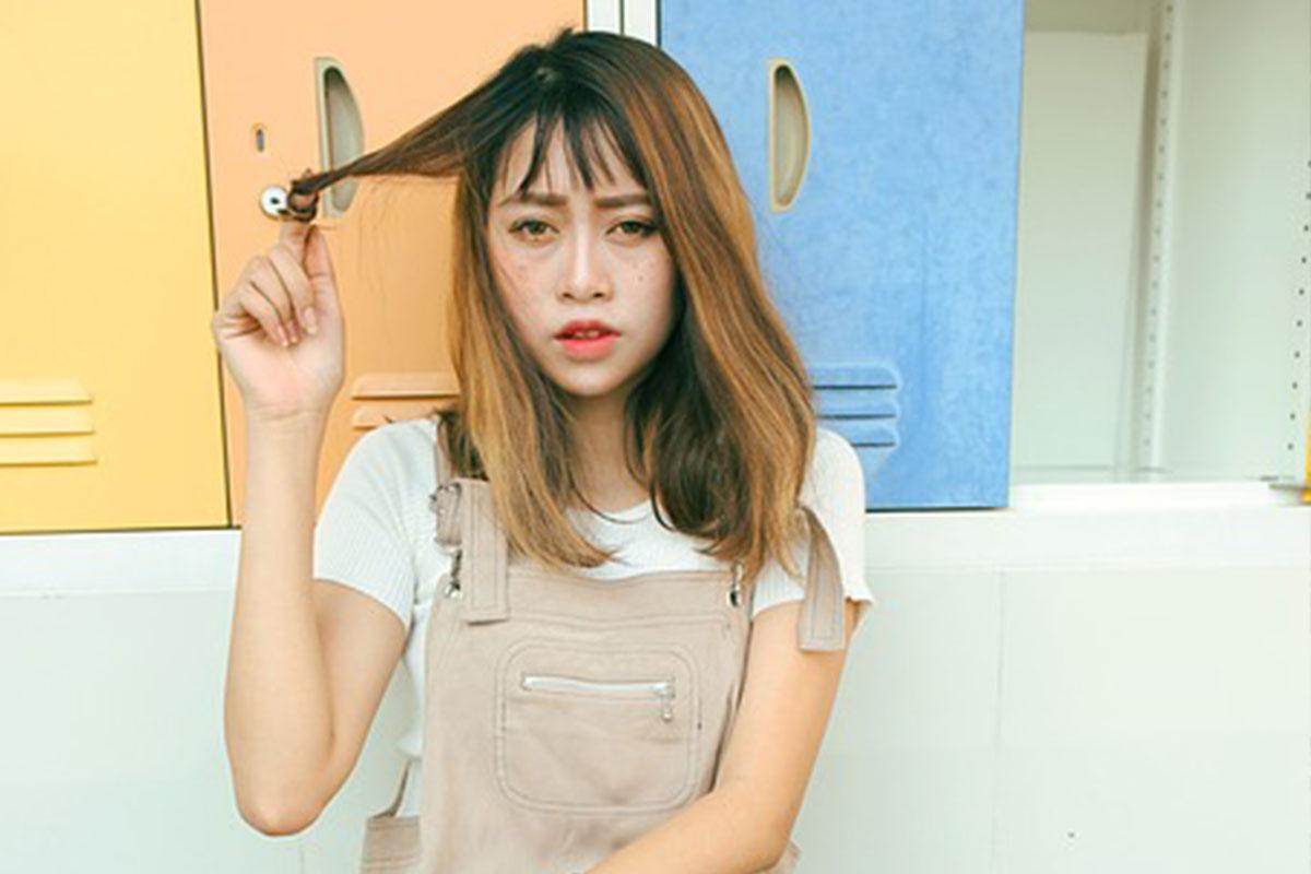 髪をくるくるしている女性